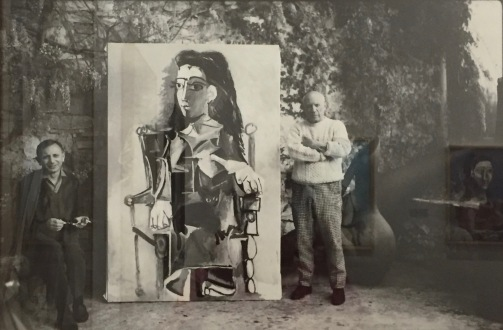 """Picasso und Charles Feld, Directeur des Éditions du Cercle d'art mit dem Gemälde """"Jacqueline und ihre Katze, 1964"""" - Foto nicht datiert © starkandart.com"""