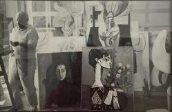 Atelier in La Californie mit dem Porträt Jacquelines im Schaukelstuhl mit schwarzem Schal von 1954 und Madame Z (Jacqueline mit Blumen) von 1954 - Foto nicht datiert © starkandart.com