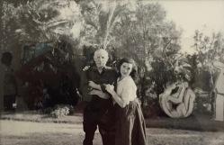 Picasso und Jacqueline im Garten von La Californie - Foto nicht datiert © starkandart.com