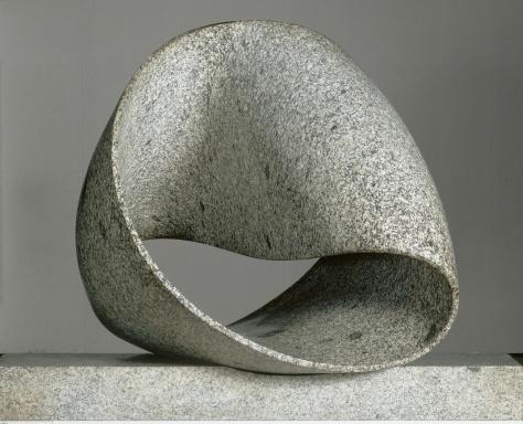 Max Bill, Unendliche Schleife, Version IV, 1960-61 (130 x 175 x 90 cm : 700 kg; Grauer Granit aus Wassen) - Centre Pompidou, MNAM-CCI, Dist. RMN-Grand Palais / Jacqueline Hyde © ProLitteris, Zürich