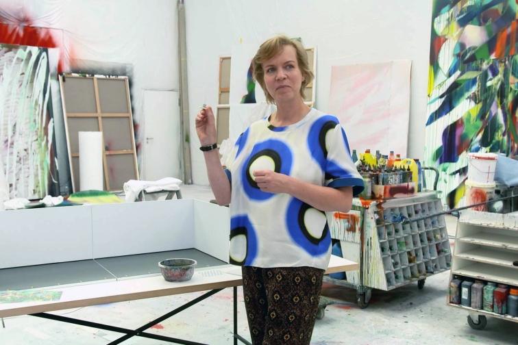 Katharina Grosse mit einer Miniatur des Weltempfängers 93; von Isa Genzken - Copyright :RB/SR/WDR / © Christoph Krauss/phlox-films