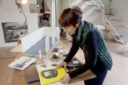 """Annette Messager beim Planen der 3D-Ausstellung © phlox films - Foto: RB/SR/WDRHonorarfreie Verwendung nur im Zusammenhang mit genannter Sendung und bei folgender Nennung """"Bild: Sendeanstalt/Copyright"""". Andere Verwendungen nur nach vorheriger Absprache: ARTE-Bildredaktion, Silke Wölk Tel.: +33 3 881 422 25, E-Mail: bildredaktion@arte.tv"""