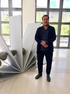 Jose Dávila vor einem seiner Werke ©starkandart.com