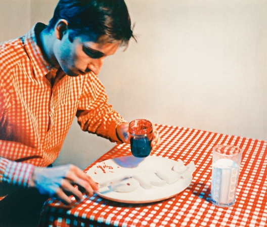 Bruce Nauman, Eating My Words aus dem Portfolio Eleven Color Photographs, 1966–67/1970/2007. Collection Museum of Contemporary Art Chicago, Gerald S. Elliott Collection, 1994, Foto: Nathan Keay © MCA Chicago © Bruce Nauman / 2018, ProLitteris, Zurich