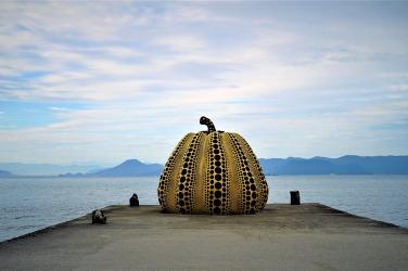 """Skulptur """"Pumpkin"""" (""""Kürbis""""), ein Werk der japanischen Künstlerin Yayoi Kusama, steht am Eingang der Benesse Art Site Naoshima © Sabine Pollmeier"""